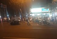 Tài xế nghi say xỉn sau tiệc cuối năm, lái ô tô lộn vòng rồi 'phơi bụng' ngay đèn đỏ ở Sài Gòn