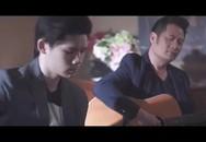 Con trai cả đệm đàn guitar cho Bằng Kiều hát mộc