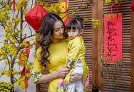 Con gái Hồng Quế đùa nghịch khi chụp hình với mẹ