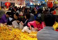 """Người Hà Nội đổ đi sắm Tết, siêu thị đông """"nghẹt thở"""" những ngày cuối năm"""