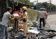 Hàng trăm thùng nước ngọt đổ ra đường, người dân Sài Gòn thu gom giúp tài xế