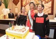 H'hen Niê cười phớ lớ bên cạnh bố mẹ tại quê nhà, kỷ niệm một năm đăng quang Hoa hậu