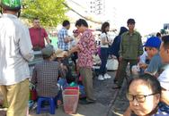 Hà Nội: Bất chấp nguy hiểm, người dân vẫn ngồi ăn uống tràn lan giữa đường ray tàu