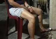 Phẫn nộ hình ảnh một người phụ nữ ở Huế bị chồng xích chân sau lần thua bạc