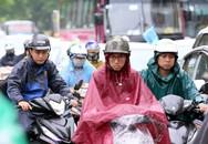 Mưa đúng giờ cao điểm, người Hà Nội ngán ngẩm cảnh ùn tắc ở nhiều tuyến đường