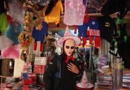 Du khách nước ngoài thích thú với không khí Halloween trên phố Hàng Mã
