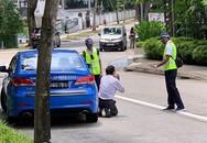 Tài xế taxi Singapore quỳ gối xin tha khi bị phạt vì hút thuốc lá
