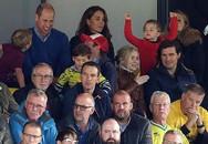 Hoàng tử bé George phấn khích đi xem bóng đá cùng bố mẹ