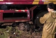 Container cuốn xe máy vào gầm khiến 1 người chết tại chỗ
