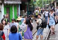 """Hà Nội: Phố """"đường tàu"""" Phùng Hưng bất ngờ đông như kiến sau thông tin dẹp bỏ"""