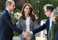 Hoàng tử William học em cách thể hiện tình cảm với vợ
