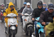 Thời tiết ngày 18/11: Không khí lạnh tràn về, người miền Bắc đi làm trong mưa rét