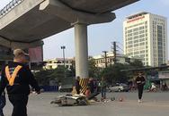 Hà Nội: Kinh hoàng xe tải cuốn xe máy vào gầm, hai ông cháu bị cán tử vong