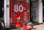 Nhiều cửa hàng thời trang ở Hà Nội đã chạy đà cho ngày mua sắm Black Friday bằng việc treo biển giảm giá mạnh tới 80% các sản phẩm