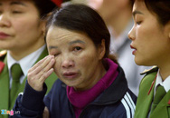 Mẹ nữ sinh giao gà khóc đỏ mắt khi nhìn thấy chồng và con gái tại tòa