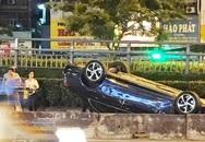 Mercedes lật ngửa sau tai nạn, tài xế thoát chết