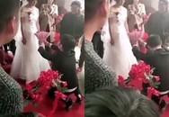 Chú rể quỳ xuống cầu hôn bằng hoa, cô dâu từ chối kết hôn ngay tại đám cưới