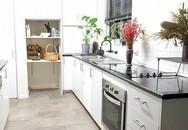 Căn bếp tối giản mà nên thơ của bà mẹ hai con