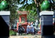 Gia đình 4 thế hệ sống giữa nghĩa trang