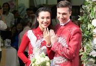 Chồng người Mỹ hôn Hoàng Oanh trong lễ rước dâu
