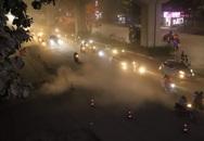 """Công nhân thi công đường Nguyễn Trãi thản nhiên """"thổi bụi"""" vào người tham gia giao thông"""