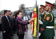 Chủ tịch Quốc hội Nguyễn Thị Kim Ngân dâng hương tại Nghĩa trang Liệt sĩ Đường 9