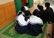 Học sinh trải chiếu trước cửa phòng học để hóng, tưởng gì hoá ra sự kiện mang tên: Họp phụ huynh