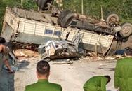 Ô tô con biến dạng sau khi bị xe tải lật nghiêng đè trúng, 2 bố con may mắn thoát nạn