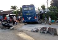 Hàng chục người thoát chết khi xe khách lao vào nhà dân