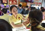 Trưa nắng 36 độ C, người Sài Gòn vẫn đông nghịt ở các cửa hàng vàng