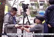 Ông chú Hà Nội phát trà đá miễn phí cho phóng viên, cô bán hàng tặng bạn bè quốc tế chiếc mũ Việt Nam