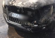 Đi chúc Tết sáng Mồng 1, tài xế hoảng hồn tung cửa thoát thân vì ô tô bốc cháy ngùn ngụt