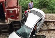 Tai nạn kinh hoàng ở Hải Dương: Tàu hỏa kéo lê ô-tô hàng chục mét, 5 người thương vong