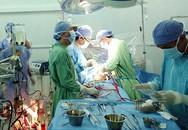 Bác sĩ vừa bịt vết thương bệnh nhân vừa khâu động mạch chủ