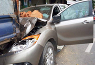 Dừng xe máy nghe điện thoại, nam thanh niên ở Đà Nẵng bị ô tô tông văng lên vỉa hè