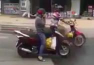 Người phụ nữ Sài Gòn bị 'ném đá' vì dừng xe nghe điện thoại giữa đường