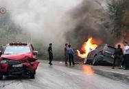 Ôtô 7 chỗ cháy trơ khung sau cú đối đầu xe bán tải