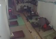 Trâu điên lao vào nhà húc bé trai ở Hà Nội