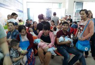 Đà Nẵng: Phụ huynh xếp hàng từ tờ mờ sáng chờ tiêm vaccine 6 trong 1 cho con