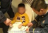 """Bé trai 6 tuổi kêu khóc cầu cứu trong nhà vệ sinh, người nhà bước vào nhìn thấy trên tay đứa trẻ món đồ """"gây nghiện"""""""