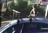 Mẹ lái xe 130 km/h không biết con 4 tuổi đang ngồi trên nóc