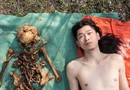 Nghệ sĩ Trung Quốc gây tranh cãi vì chụp ảnh khỏa thân cùng hài cốt của cha