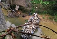 Xe tải đâm gãy thành cầu, rơi thẳng xuống suối: Ảnh hiện trường lan nhanh trên MXH