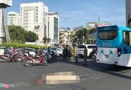 Bà bán vé số ở Sài Gòn bị xe khách cán tử vong