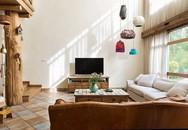 Mẹ đơn thân cùng hai con bỏ phố về quê, tận dụng áo len hỏng cùng gỗ tái chế để cải tạo ngôi nhà cũ thành không gian sống yên bình