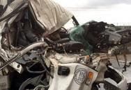 Người dân giải cứu phụ xe kẹt trong cabin sau tai nạn liên hoàn