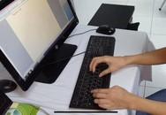 Thanh niên gõ máy tính nhoay nhoáy sau khi được nối 2 bàn tay đứt rời