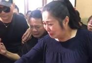 Nghệ sĩ Hồng Vân ôm di ảnh Anh Vũ đi qua sân khấu kịch Phú Nhuận