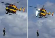 Trực thăng va dây điện, 'ném' văng người xuống biển