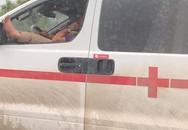 Thót tim cảnh tài xế xe cứu thương vừa lái xe  trên cao tốc vừa gác chân lên cửa sổ và nghe điện thoại